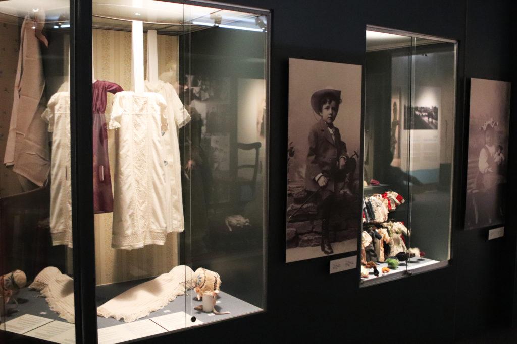 Vanhoja vaatteita Vaasa 400 näyttelystä Pohjanmaan museossa