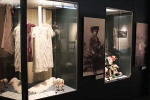"""Gamla kläder från utställningen """"Vasa 400"""" i Österbottens museum."""