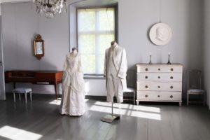 Vanhoja vaatteita mallinukkien päällä Vanhan Vaasan museossa