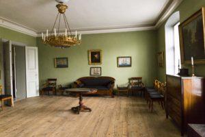 Empire- ja biedermeiertyylisiä huonekaluja